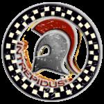 Scudo circolare con bordo a scacchi e al centro un elmo corinzio con pennacchio rosso