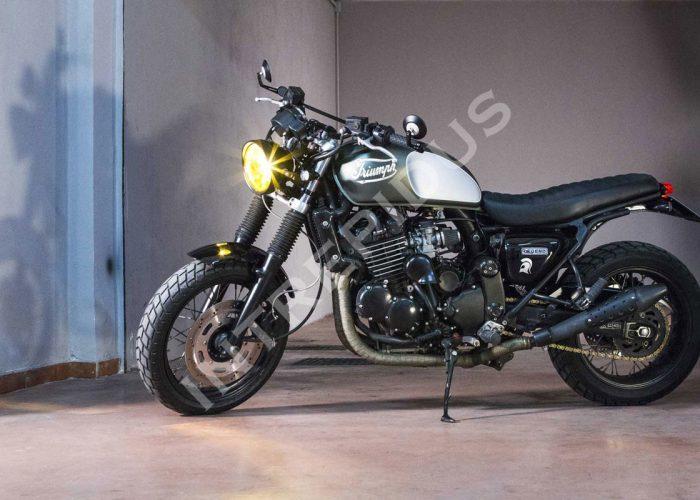 Moto artigianale Triumph Legend in stile scrambler vista laterale sinistra